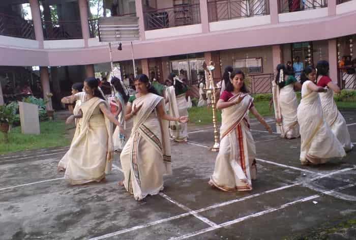 women-performing-thiruvathirakali